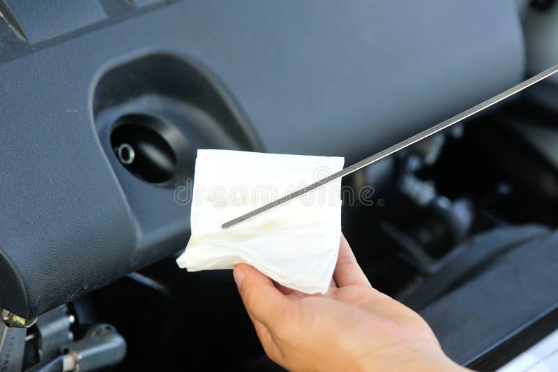 Ręki sprawdza samochodowego parowozowego olej obrazy royalty free