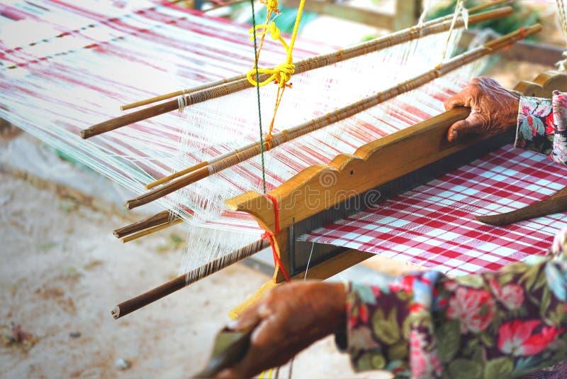 Ręki stara kobieta używa tradycyjnego gospodarstwa domowego tkactwa machina obrazy stock