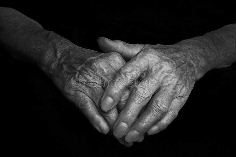 Ręki stara kobieta z marszczący i zmarszczenia zdjęcie stock