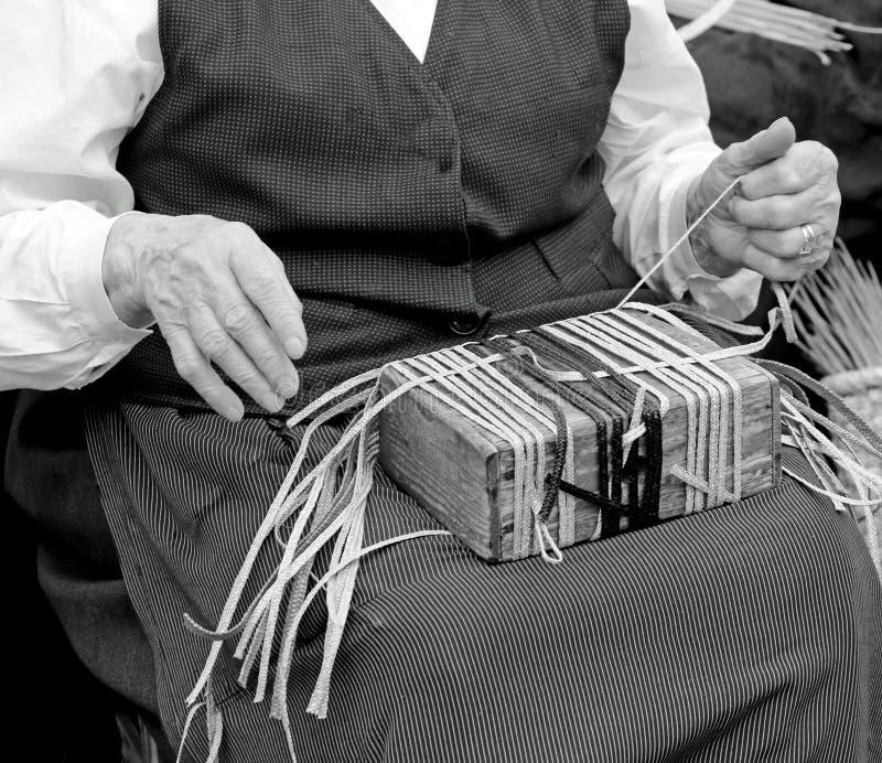 ręki starsza kobieta podczas gdy pracujący z słomą zdjęcie stock