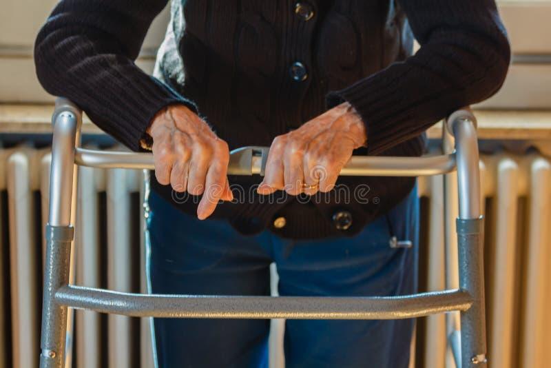Ręki starsze osoby na piechurze obraz royalty free