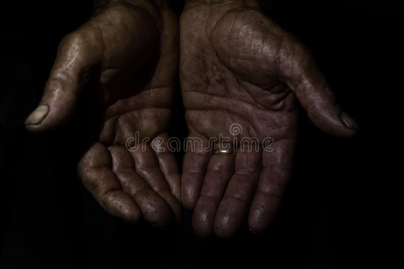 Ręki stary człowiek zaznaczający i błocący pracą obrazy stock