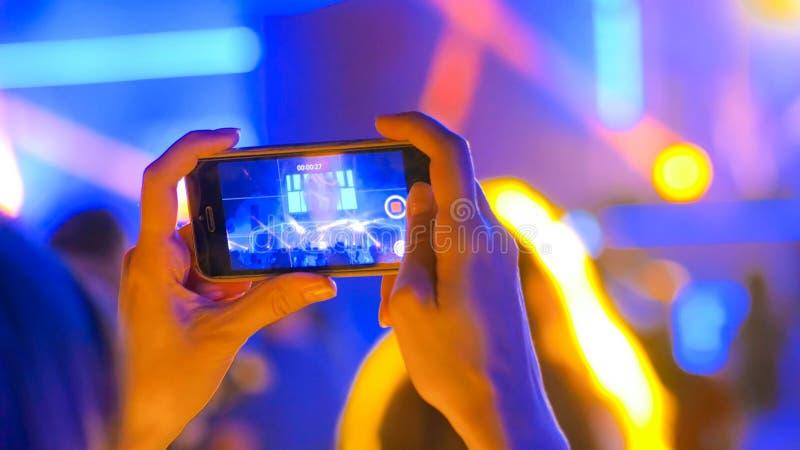 Ręki sylwetki magnetofonowy wideo muzyka na żywo koncert z smartphone zdjęcia stock
