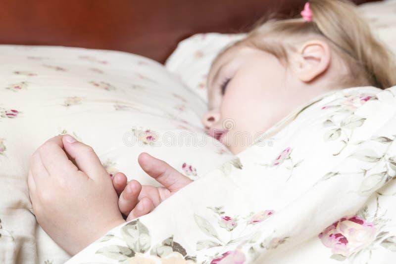 Ręki sypialny dziecko obrazy royalty free