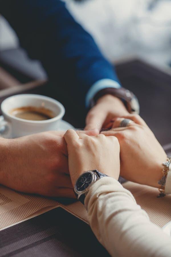 Ręki szczęśliwa kochająca para w restauraci fotografia stock