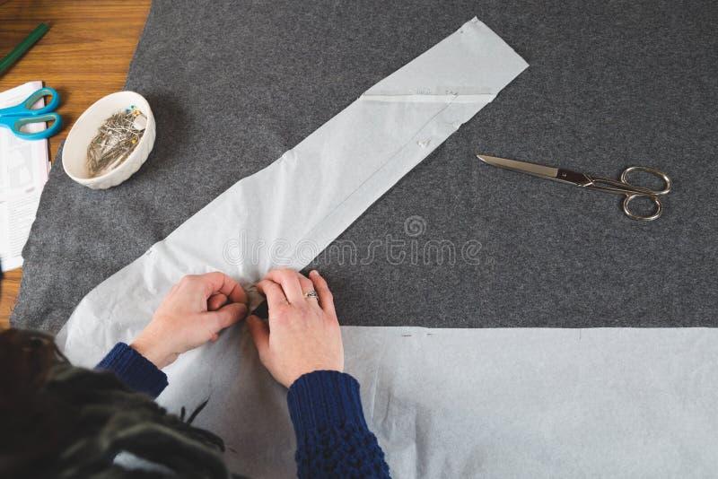 Ręki szwaczki naprawiania szablon tkanina zdjęcia royalty free