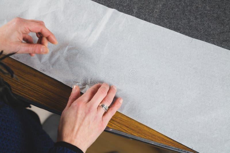Ręki szwaczki naprawiania szablon tkanina obraz royalty free