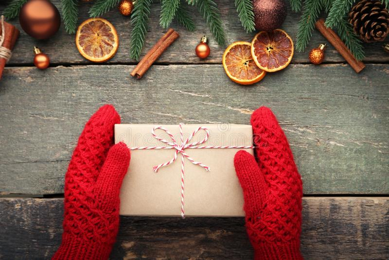Ręki target867_1_ prezenta pudełko fotografia stock
