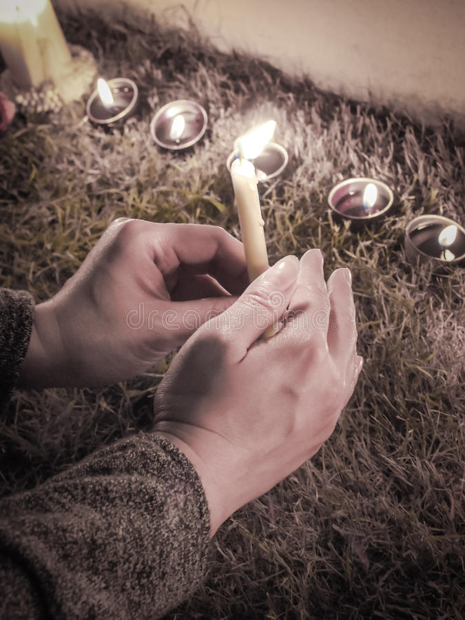 Ręki trzyma blask świecy w nocy zdjęcia royalty free