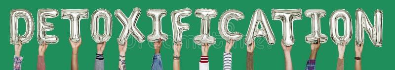 Ręki trzyma detoxification słowo w balonowych listach obrazy royalty free