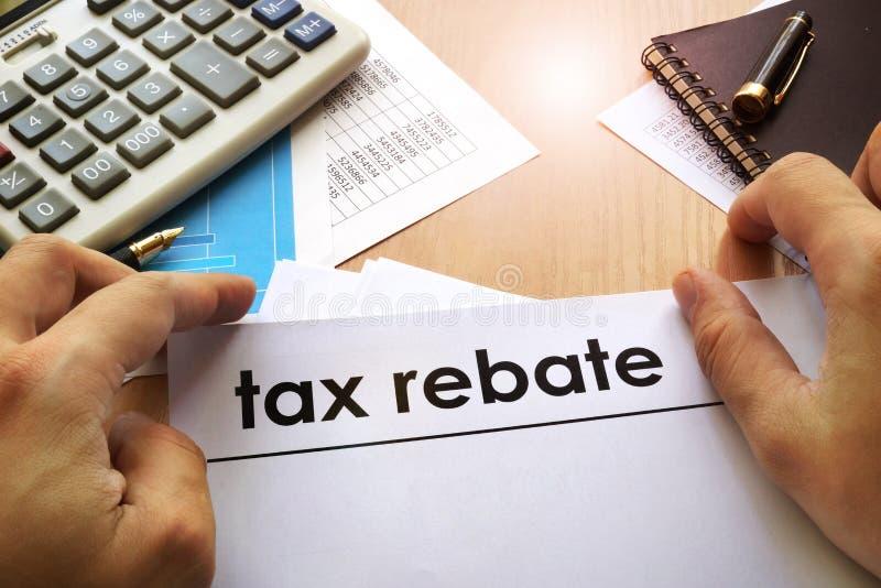 Ręki trzyma dokumenty o podatku rabacie zdjęcie royalty free