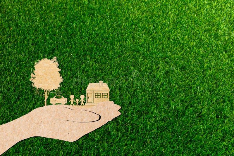 Ręki trzyma domowego rodzinnego drzewa i samochodu trawy tło ilustracji