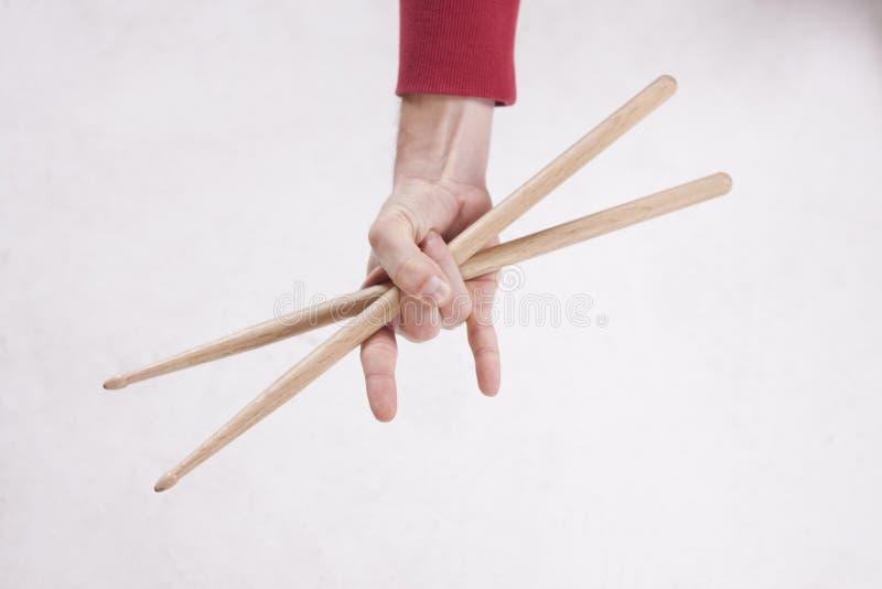 Ręki trzyma drumsticks fotografia royalty free