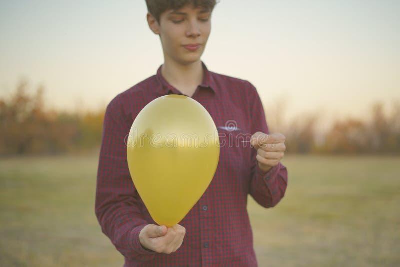 Ręki trzyma igły, balonu, cierpliwości i zaufania pojęcie f, obrazy stock