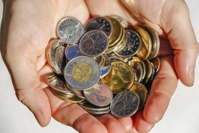 Ręki trzyma kanadyjczyk gotówki monety obrazy stock
