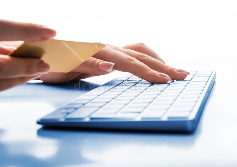 Ręki trzyma kartę kredytową i używa komputer dla online zakupy obrazy royalty free