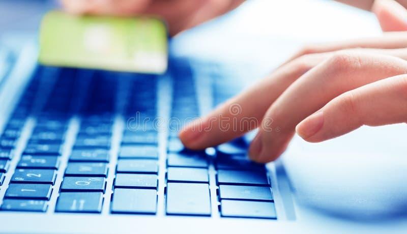 Ręki trzyma kredytową kartę i używa laptop zdjęcie royalty free