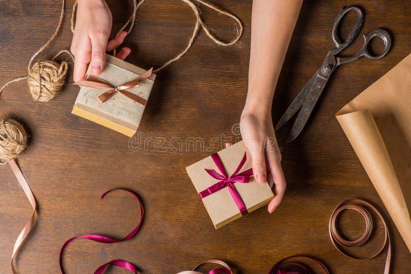 Ręki trzyma małych prezenty zdjęcia royalty free