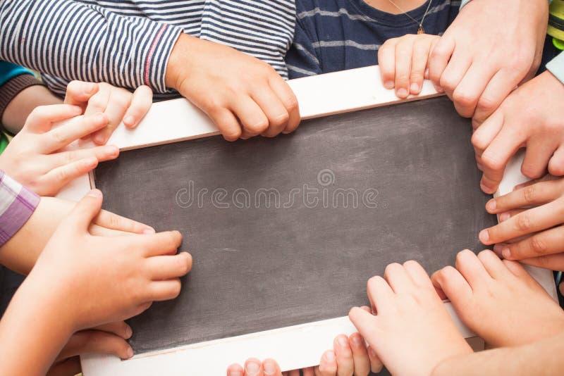 Ręki trzyma ogłoszenie deskę fotografia stock