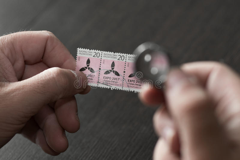 Ręki trzyma postmark obrazy royalty free