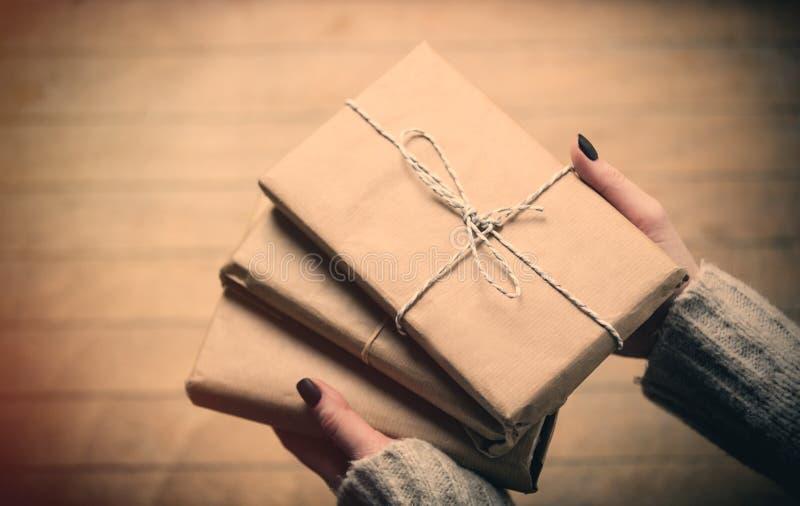 Ręki trzyma prezenty fotografia royalty free
