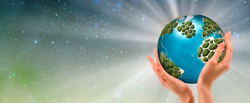 Ręki trzyma rozjarzoną ziemię - konceptualny wizerunek ziemski dzień, ratujący energię, ochrania środowisko obraz stock