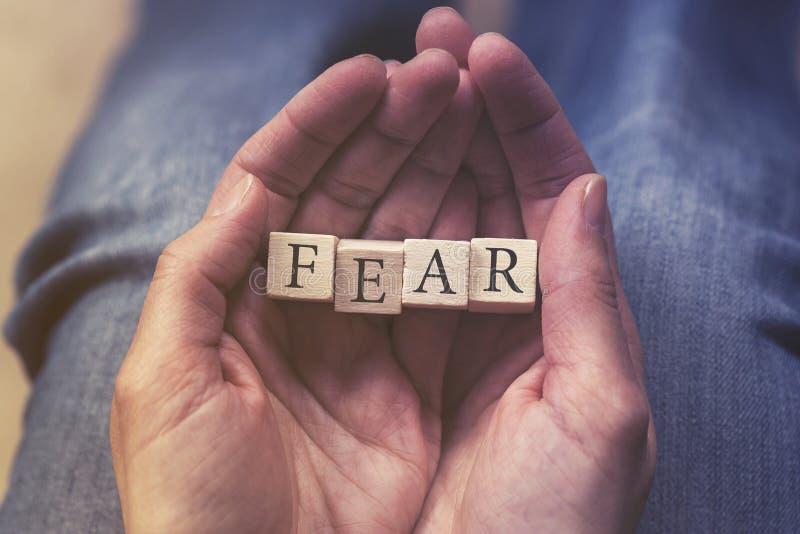 Ręki trzyma strach wiadomość zdjęcie stock
