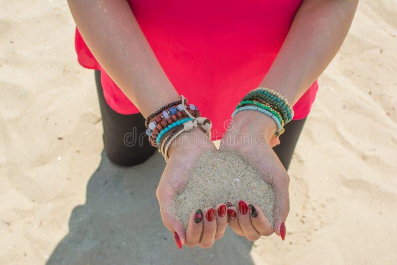 Ręki tworzy kierowego kształt pełno biały piasek obraz royalty free