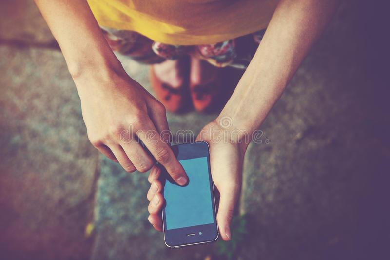 Ręki używać smartphone app obraz royalty free