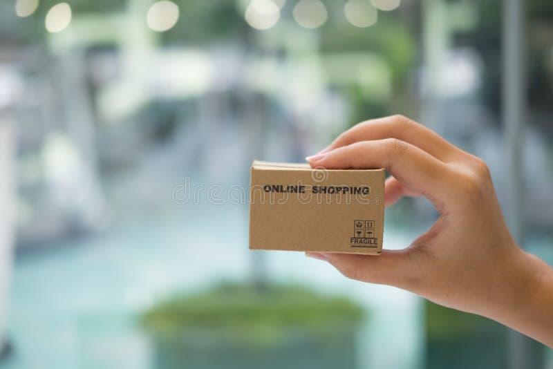 Ręki utrzymania miniatury karton dof ręce karty ogniska płytki zakupy online bardzo obrazy stock