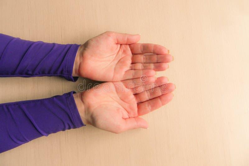 Ręki w średnim wieku kobieta z palmami w górę Mockup na biurka tle Szablonu zbliżenie z kopii przestrzenią Odg?rny widok Nieznacz zdjęcia royalty free