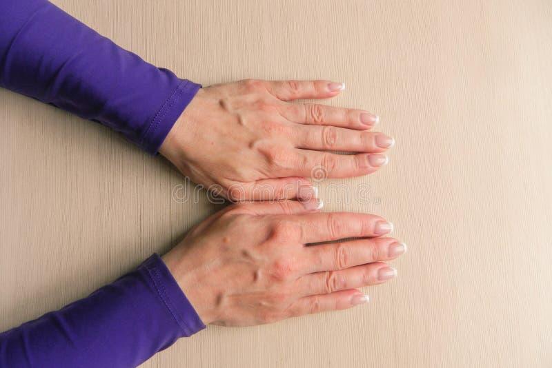 Ręki w średnim wieku kobieta z palmami zestrzelają Mockup na biurka tle Szablonu zbliżenie z kopii przestrzenią Odg?rny widok Nie obrazy royalty free