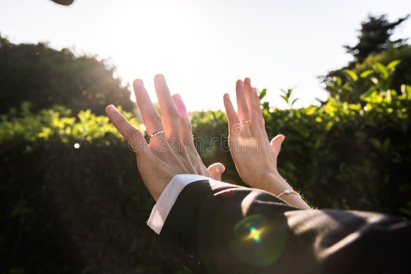Ręki w górę i pokazują ja zdjęcie stock