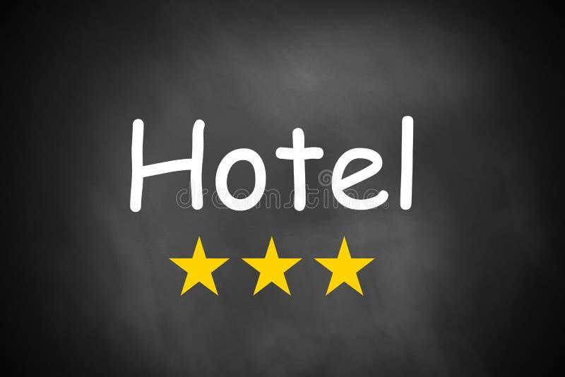 Ręki writing hotel na czarnych chalkboard trzy gwiazdach zdjęcia royalty free