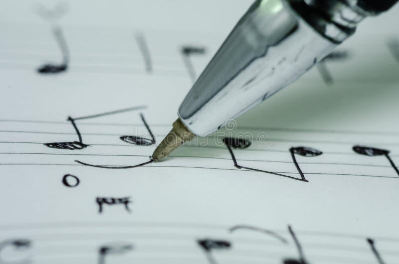 Ręki writing muzyki notatka z ballpoint piórem fotografia stock