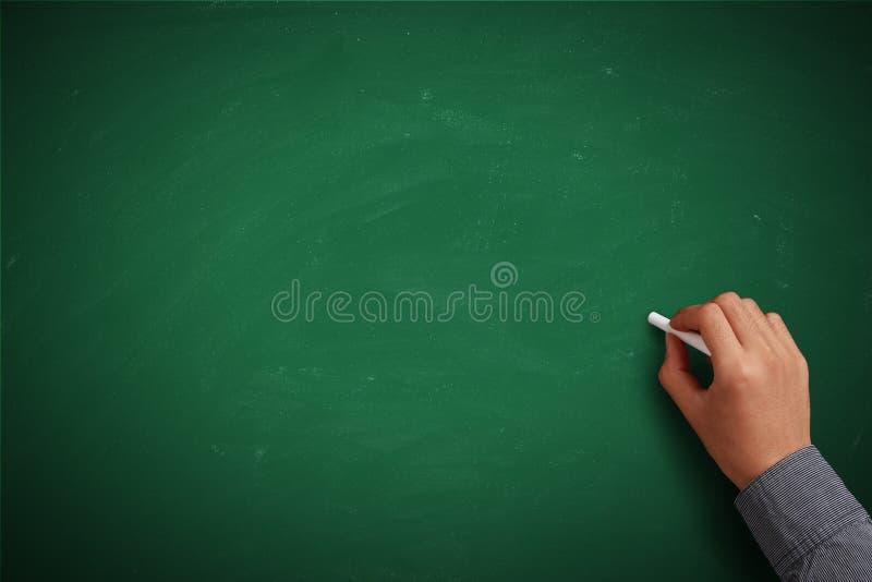 Ręki writing na puste miejsce zieleni chalkboard zdjęcia royalty free