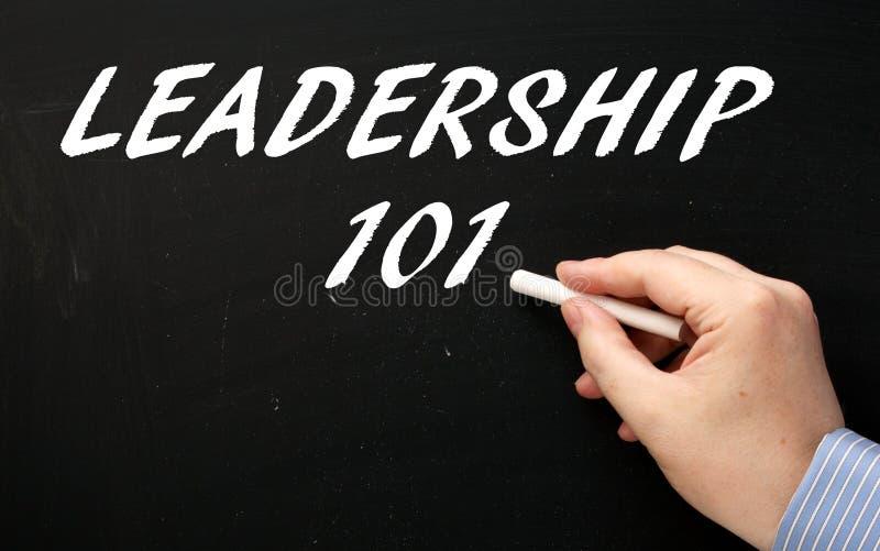 Ręki writing przywódctwo 101 na blackboard w przygotowaniu do uczenie zdjęcie royalty free
