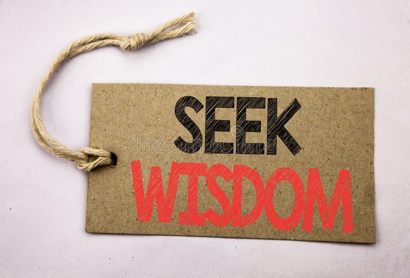 Ręki writing teksta podpisu inspiraci seansu aport mądrość Biznesowy pojęcie dla inspiraci wiedzy pisać na metka papierze o zdjęcie stock