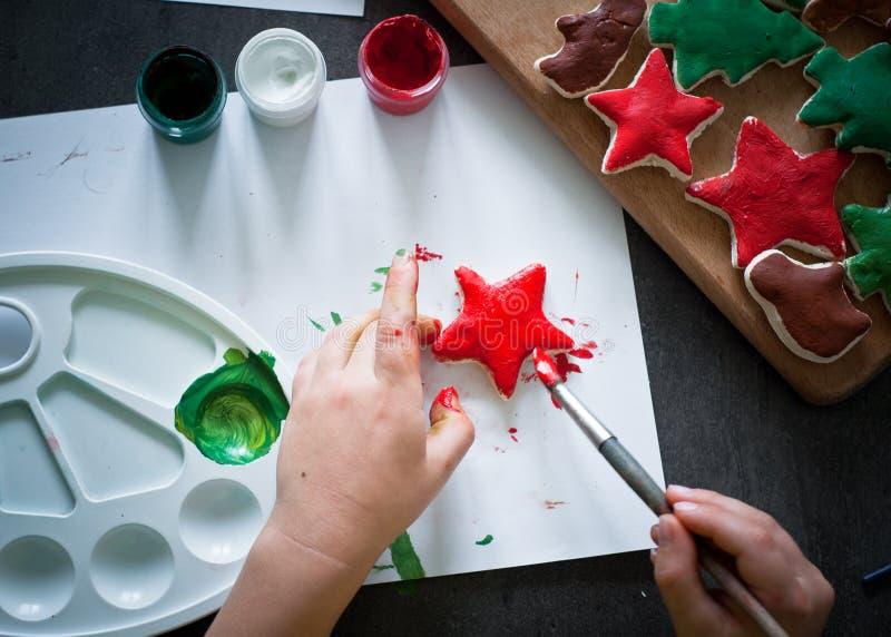 Ręki wykonywać ręcznie boże narodzenie zabawki obraz stock