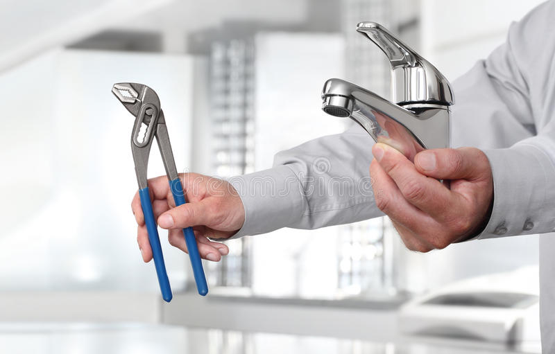 Ręki z faucet, fajczanym wyrwaniem i budowa domem, instalują fotografia royalty free