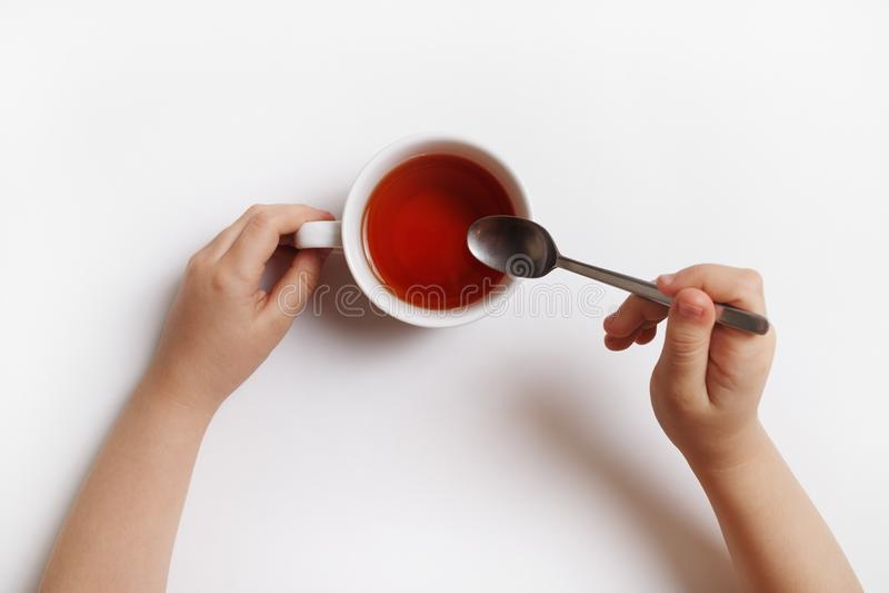 Ręki z filiżanką herbata obraz stock