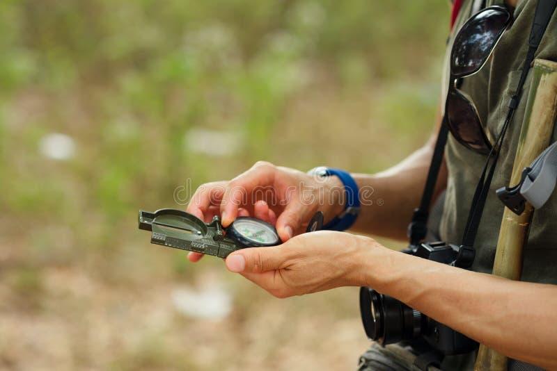 Ręki z kompasem obraz stock