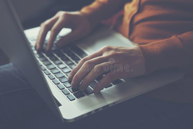 Ręki z laptopu pisać na maszynie zdjęcia royalty free