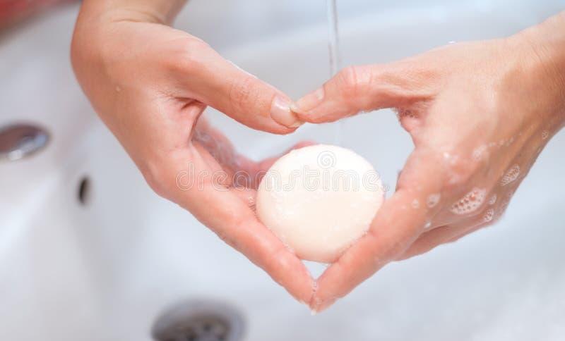 Ręki z mydlanego robić kierowym kształtem zdjęcie stock