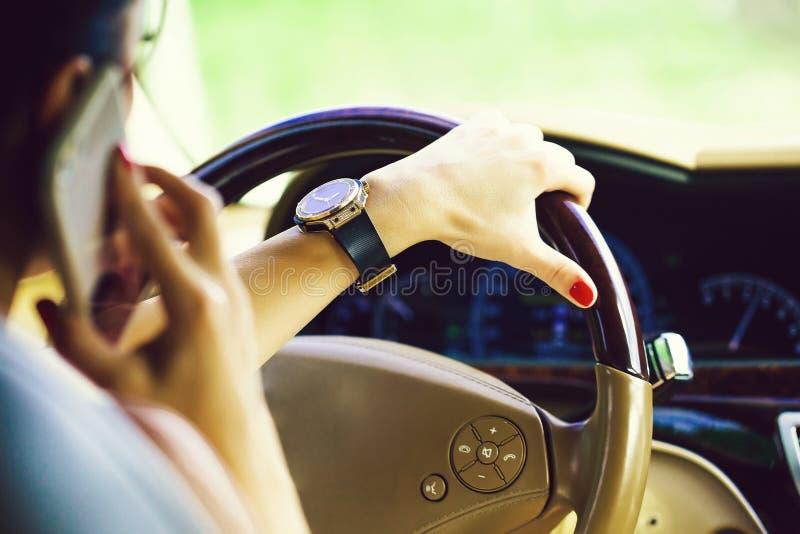 ręki z smartphone i zegarkiem obrazy royalty free