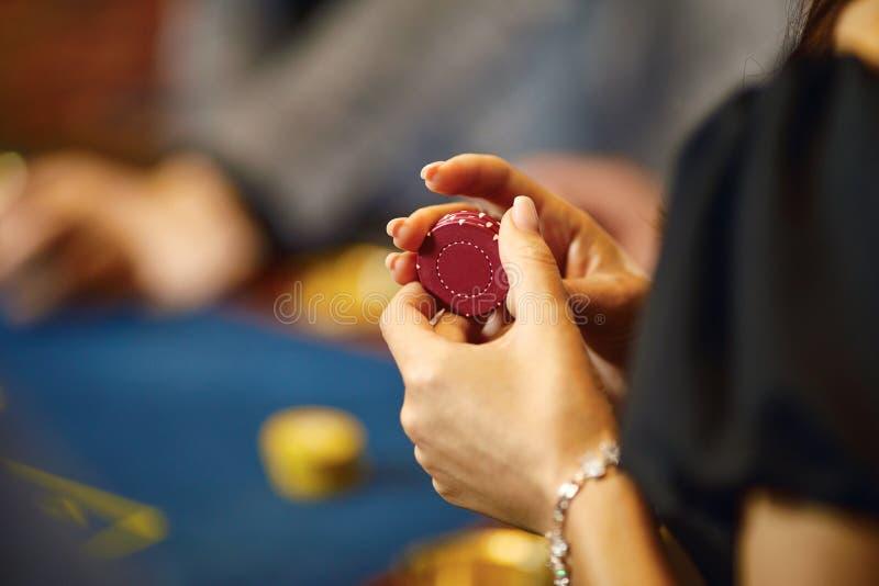Ręki z układami scalonymi przy grzebak rulety stołowy uprawiać hazard w kasynie fotografia royalty free