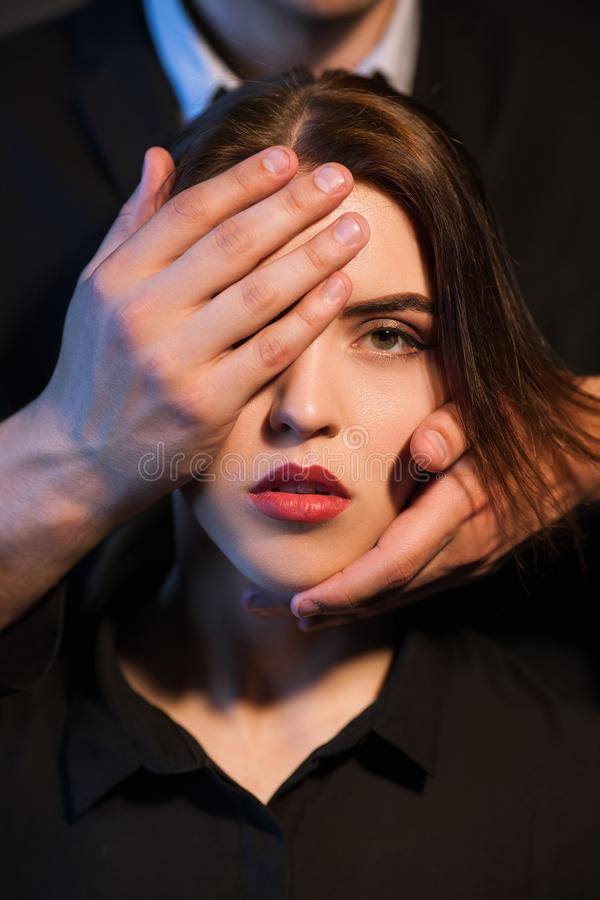 Ręki zakrywają kobiety twarzy kontrola stłumienie fotografia stock