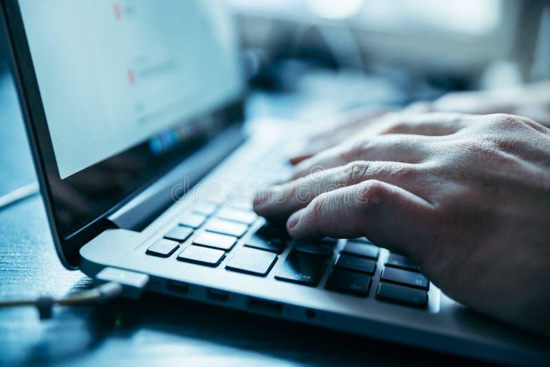 Ręki zamykają up na laptopie zdjęcie stock