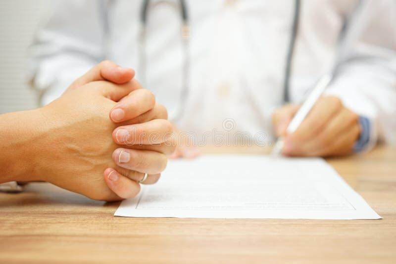 Ręki Zaniepokojone kobiety dla raportu medycznego pisać docto obraz royalty free