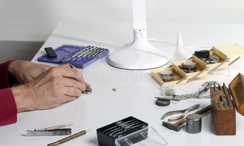 Ręki zegarmistrz naprawia machinalnego zegarek zdjęcia stock